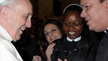 Assessor da Comissão para a Juventude entrega kit da JMJ ao Papa Francisco
